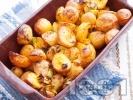 Рецепта Печени пресни картофи с тиквички и магданоз